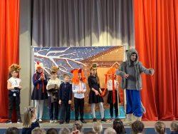 Юные школьники посмотрели новогодний мюзикл