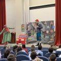 """На Сахарова учащиеся младших классов посмотрели спектакль """"Приключения на улице"""""""